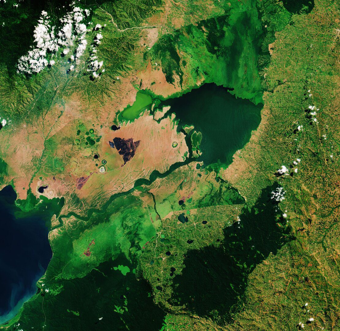 Lake_George_Uganda_pillars